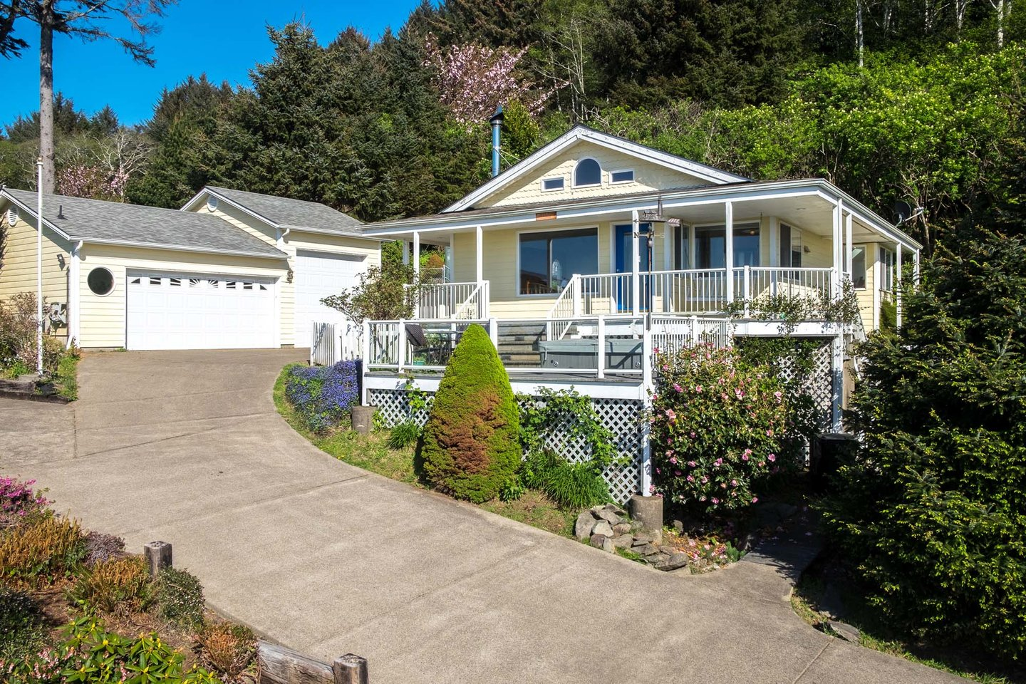 Sea Star Cottage is wonderfully located on a hill for great ocean views!