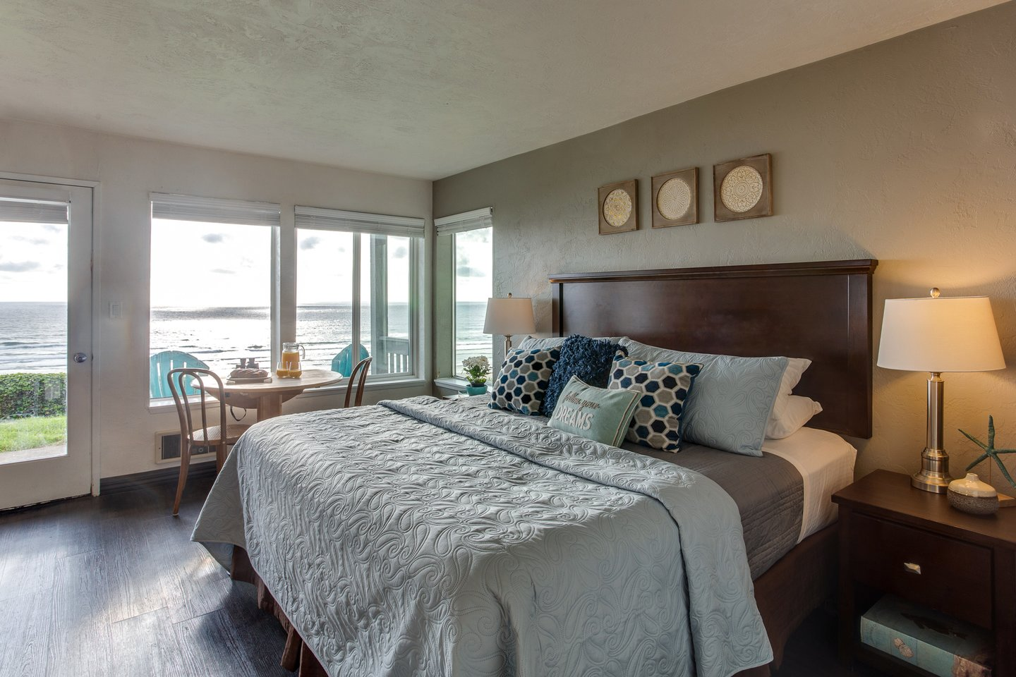 Nye View has all the amenities for comfort including a king bed and awesome views!