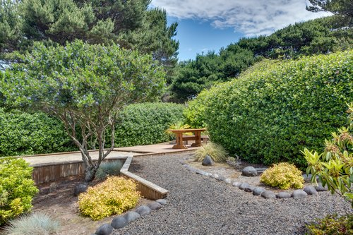 Beautiful landscape to enjoy while on vacation. The firepit is located behind the hedge.