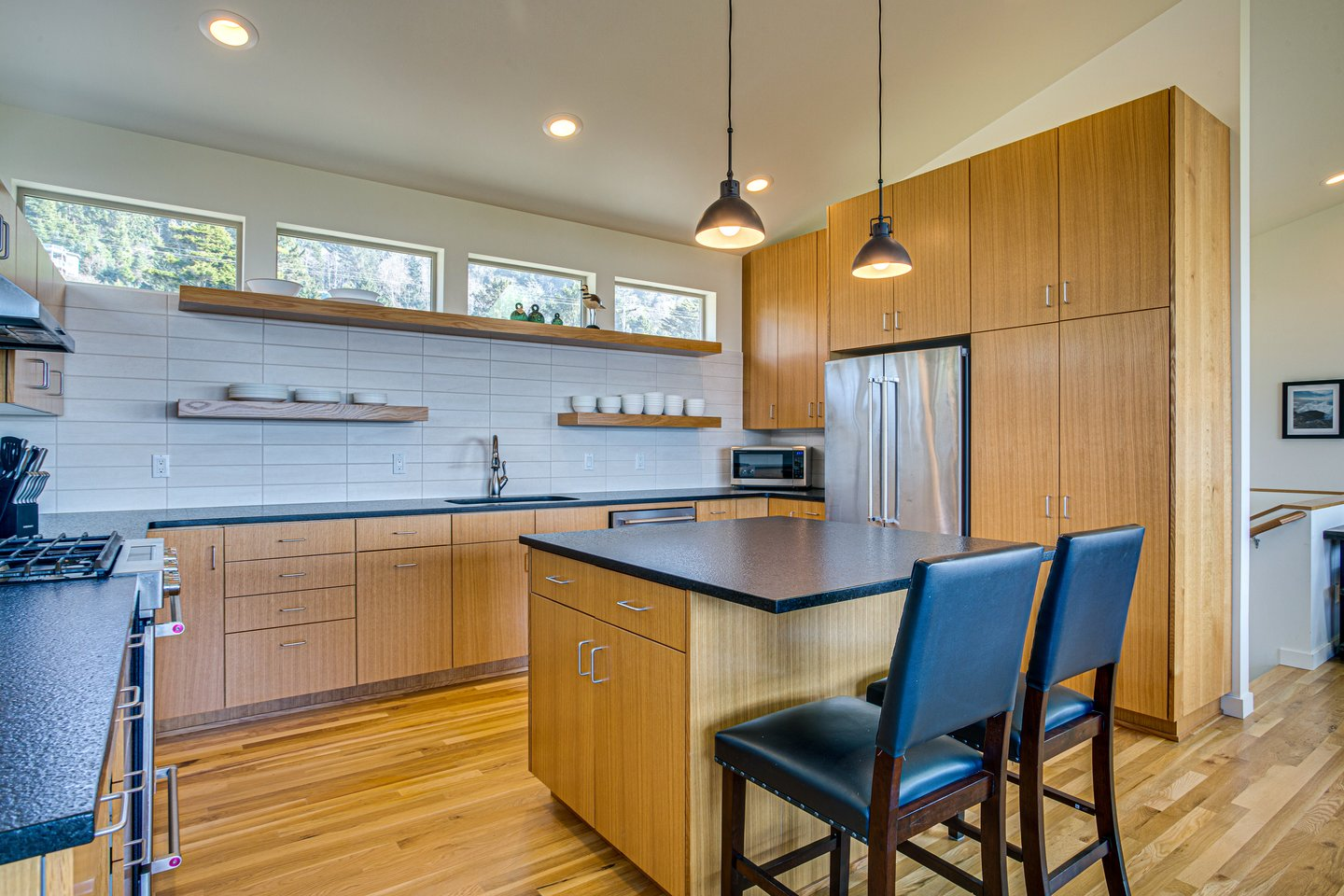You're shore to love this state of the art kitchen with stainless steel appliances.